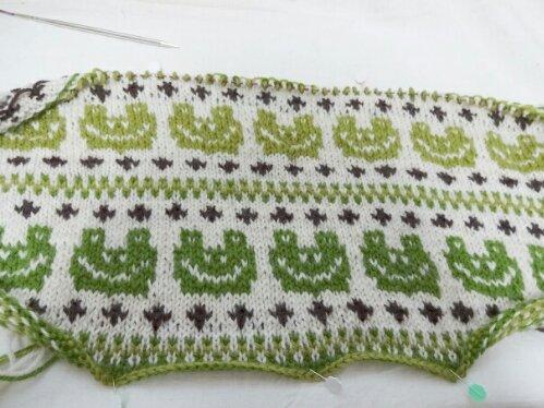 カエルの編み込み模様