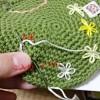 今日は刺繍!デイジーステッチでカエルコースターにお花を刺しましたよ