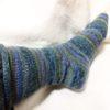 マルティナさんの『平和の靴下』を編んでます。片っ方完成しました♪