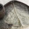 ウイスターミックスロールで編む三角ショール(3):濃いグレー色出現!