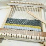 織りキット『木枠で織る 小さなマット』を練習中なのです。