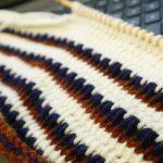 アフガン編みの帽子(5):あと少しでトップの減らし目です。編み目は続くよどこまでも♪