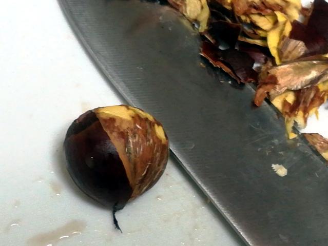 栗を包丁で剥く