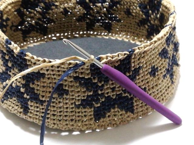 メリヤスこま編みの編み込みバッグ