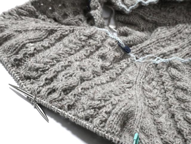 アラン模様のセーターの編みかけ